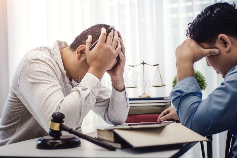 商人坐张力严肃为合同保险的问题与律师的在办公室 法官和法律,律师,法院法官 免版税库存照片