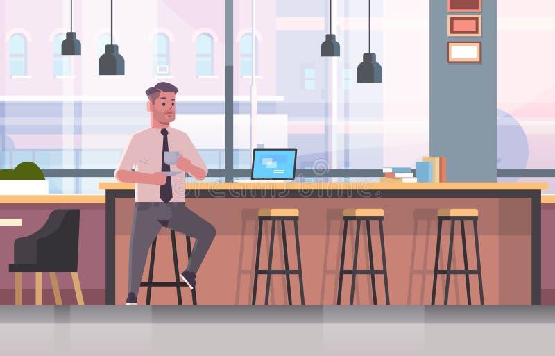 商人坐椅子在与现代膝上型计算机咖啡休息概念商人饮用的热奶咖啡的酒吧柜台 向量例证