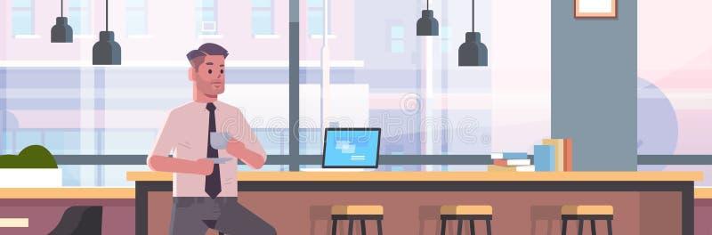 商人坐椅子在与现代膝上型计算机咖啡休息概念商人饮用的热奶咖啡的酒吧柜台 库存例证