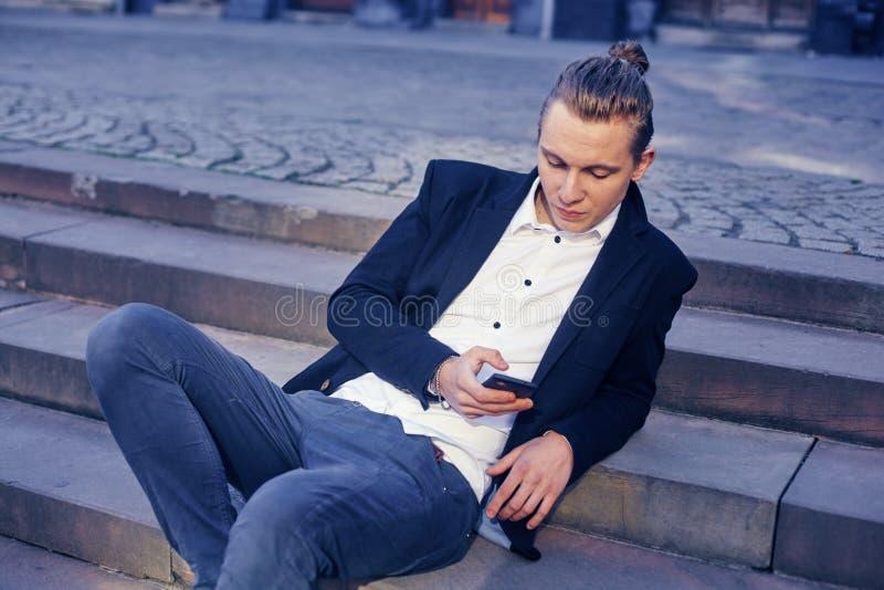商人坐楼梯,沟通通过电话 库存图片