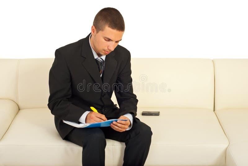 商人坐的沙发文字 库存照片