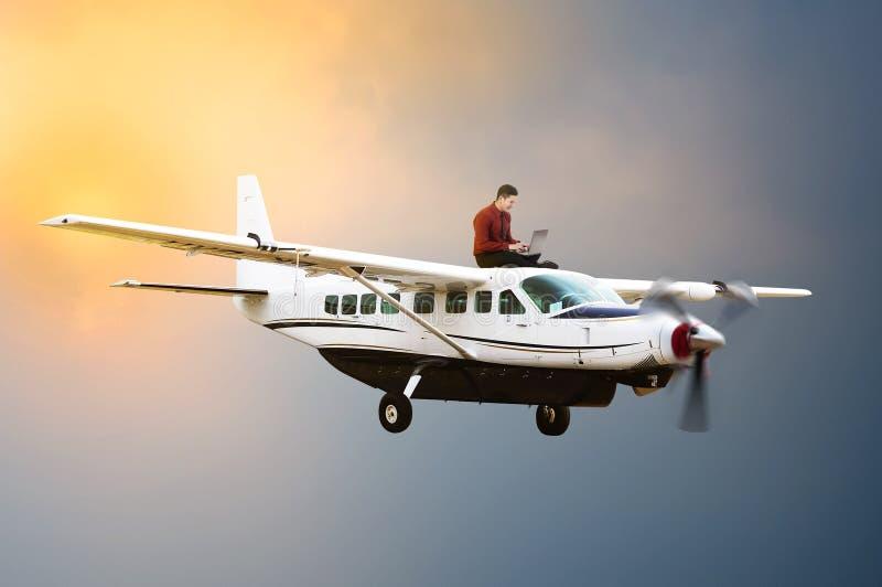 年轻商人坐飞机上面  库存照片