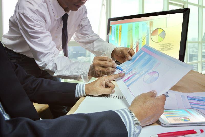 商人夫妇合作会议plani的战略分析 免版税库存照片