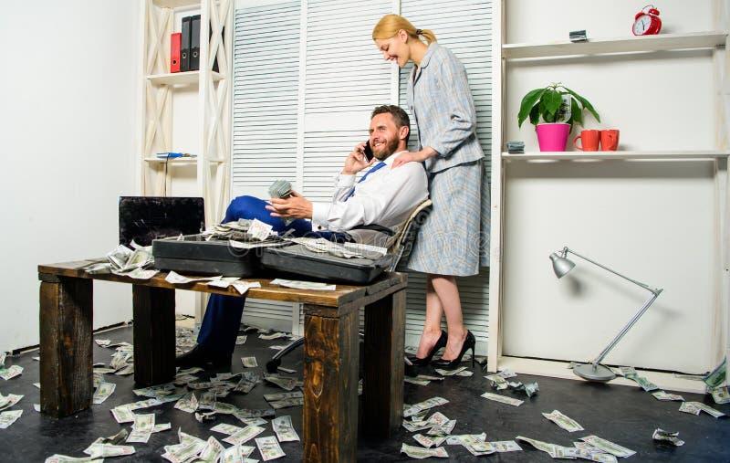 商人富有的有胡子的人坐有全部的办公室现金金钱 人成功的商人电话交谈,当时 免版税图库摄影