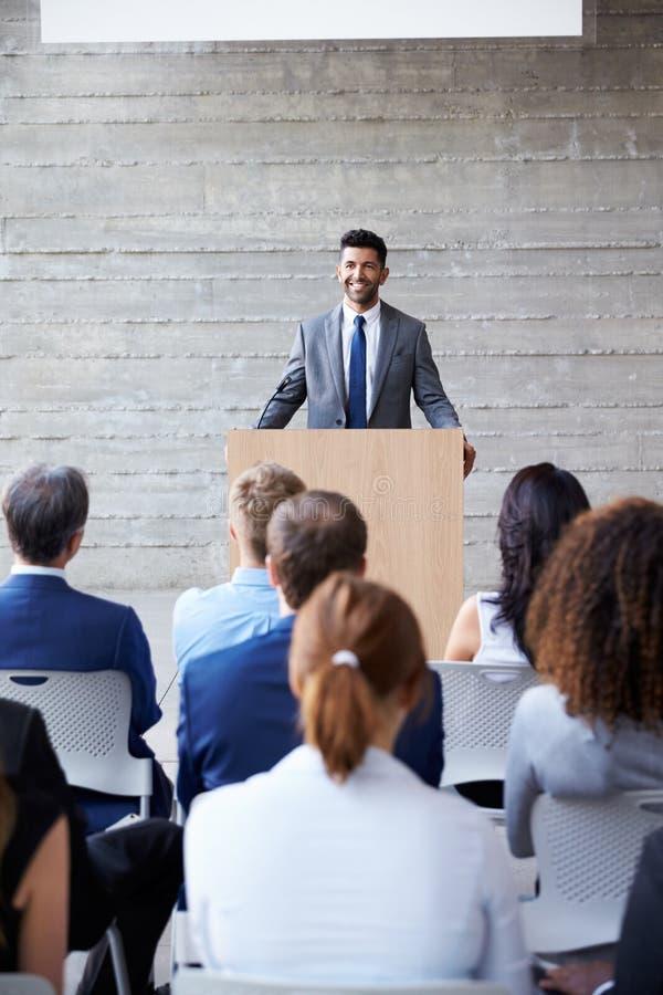商人对代表演讲在会议 库存照片