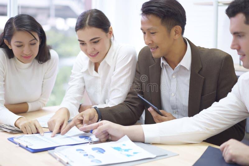 商人小组计划运作图和图表,指向商业文件的手在讨论会议期间在 免版税库存图片