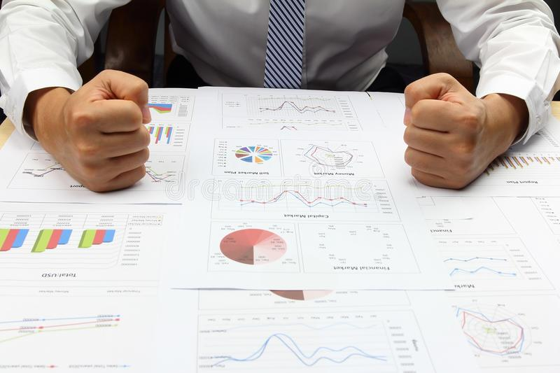 商人展示手起动力量和综合报告财务 免版税库存图片