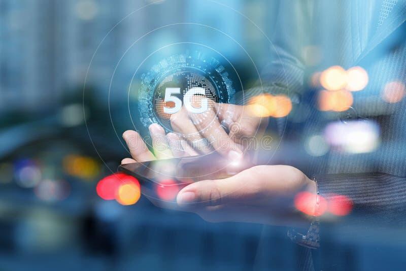 商人展示5G的手 免版税库存照片