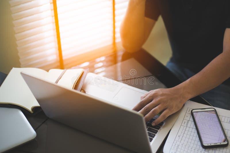 商人工作和分析在膝上型计算机 库存照片