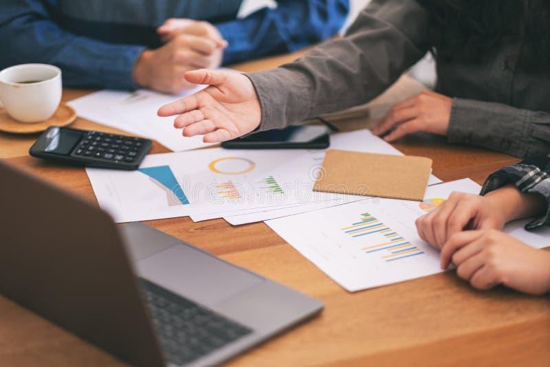 商人工作和当前事务的小组 免版税库存照片