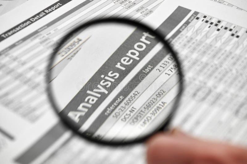 商人工作和计算财务 企业财务会计概念 特写镜头手 扩大化的玻璃使用 库存照片