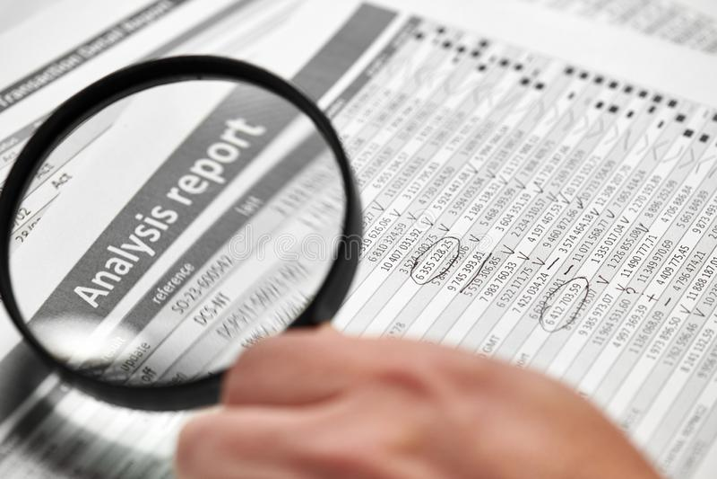 商人工作和计算财务 企业财务会计概念 特写镜头手 扩大化的玻璃使用 免版税库存照片
