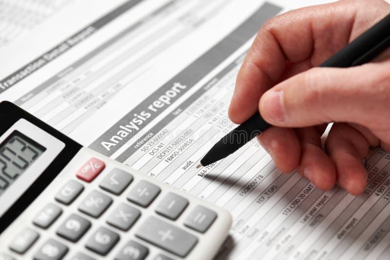 商人工作和计算财务 企业财务会计概念 特写镜头手 库存图片