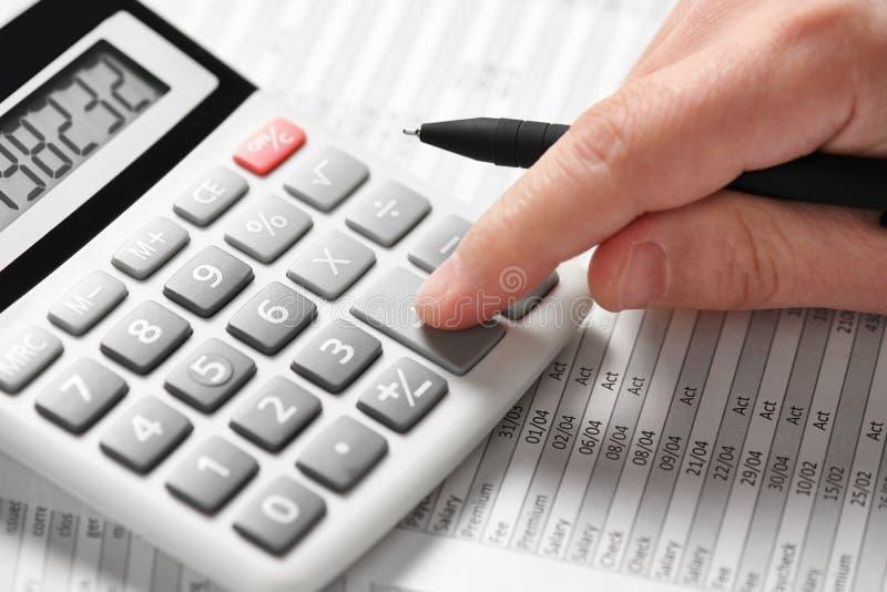 商人工作和计算财务 企业财务会计概念 特写镜头手 图库摄影
