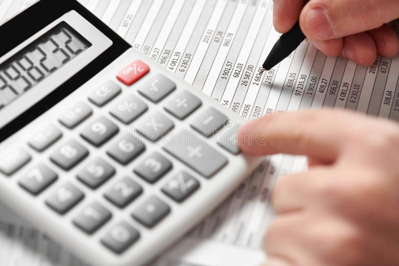 商人工作和计算财务 企业财务会计概念 特写镜头手 免版税库存照片