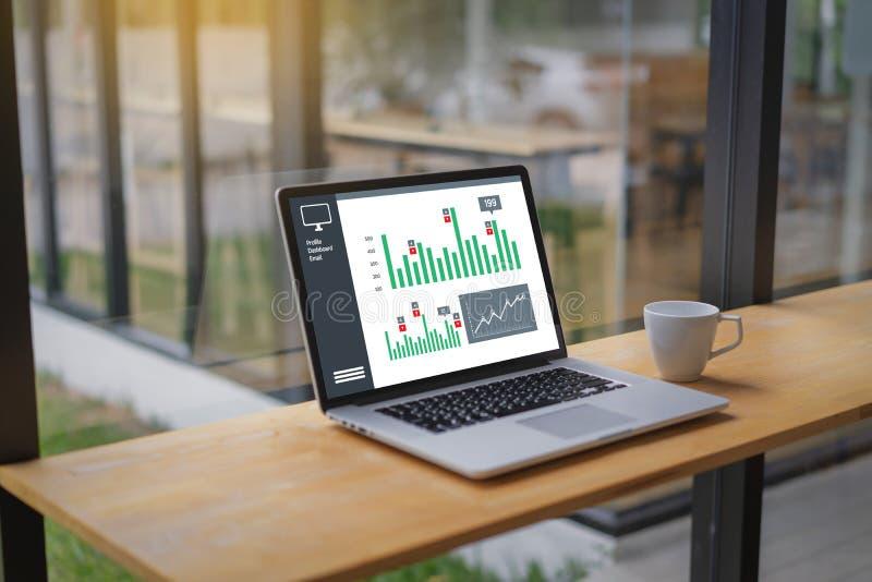 商人工作图日程表或计划的财政报告da 免版税库存图片