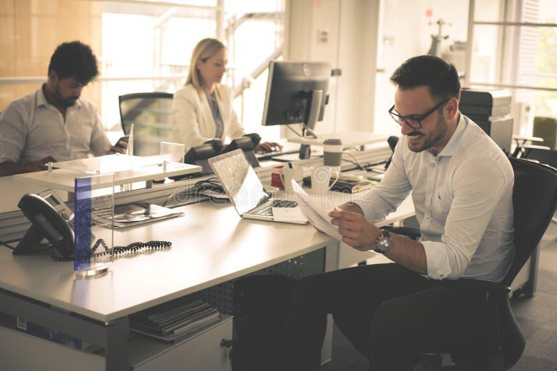 商人工作 一起商人在办公室 免版税库存图片
