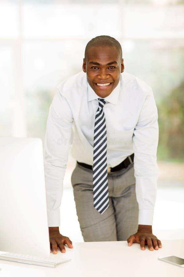 Download 商人常设书桌 库存图片. 图片 包括有 愉快, 办公室, 确信, 执行委员, 工作, 事业, 查找, 正式 - 59103691