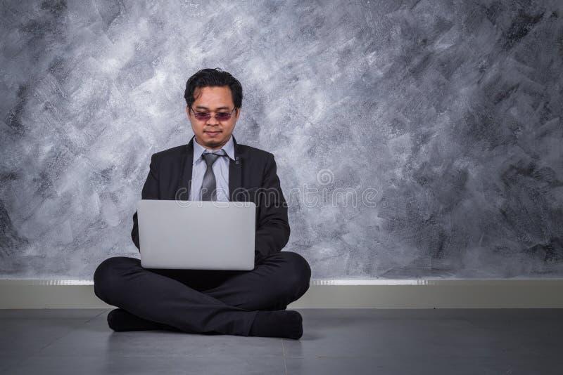 商人开会和使用膝上型计算机 库存图片