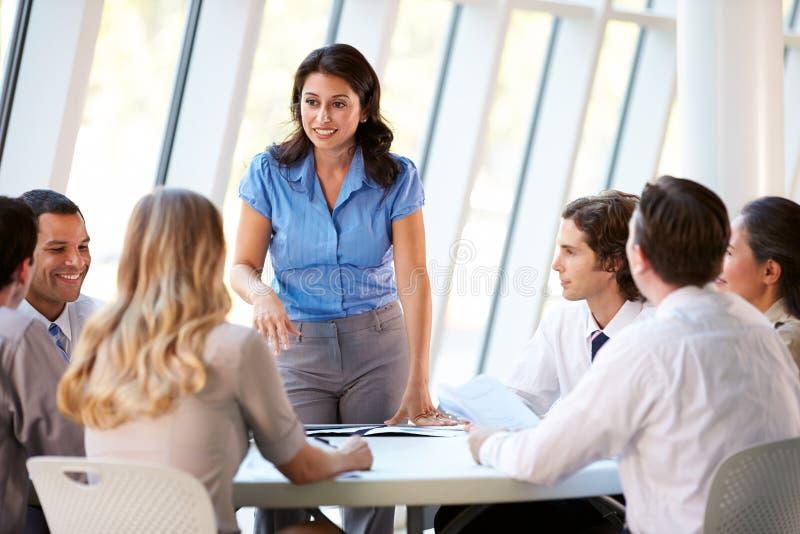 商人开委员会会议在现代办公室 库存图片