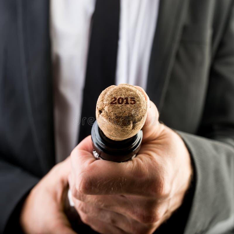 商人开头有黄柏的酒瓶 免版税库存照片