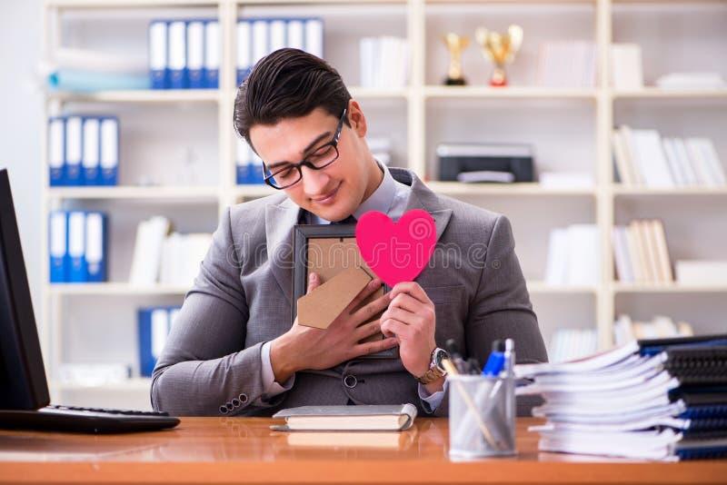 商人感觉爱和爱在办公室 库存照片