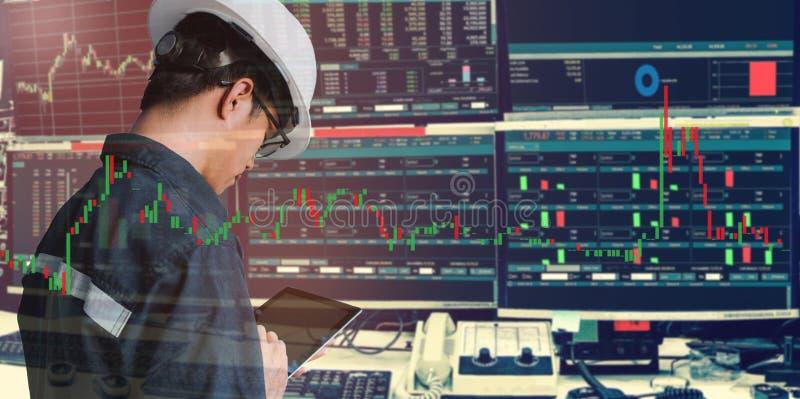 商人或工程师使用片剂有股票交易室的和股票交易图背景两次曝光投资的 免版税库存图片