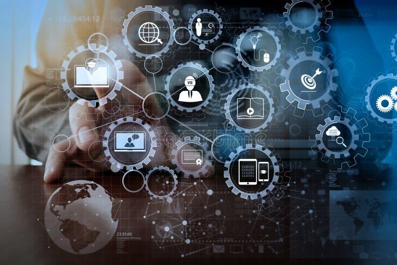 商人手与现代技术和数字式laye一起使用 免版税库存图片