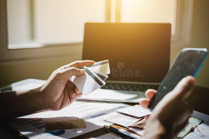 商人手举行买网上产品的信用卡流动applicaion 库存照片