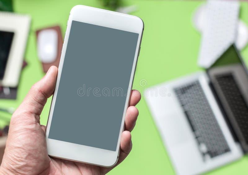 商人手举行电话流动智能手机特写镜头 免版税图库摄影
