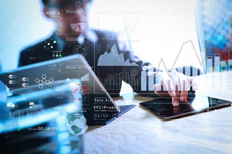 商人手感人的数字式片剂 照片财务经理w 免版税图库摄影