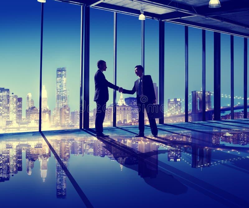 商人手震动办公室城市概念 免版税库存图片