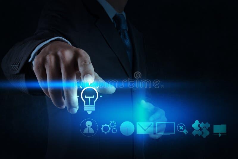 商人手画有新的计算机的电灯泡 免版税图库摄影