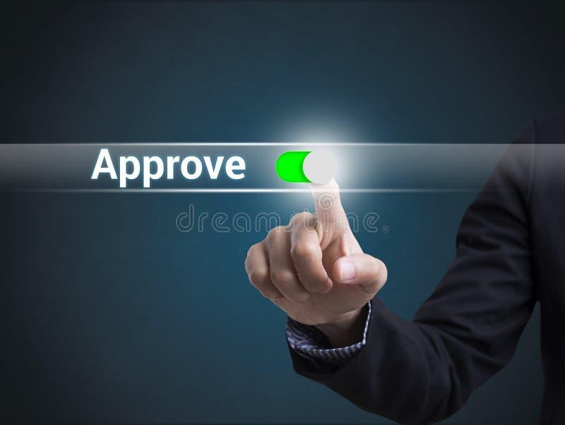 商人手紧迫按钮批准 在虚屏上的标志 图库摄影
