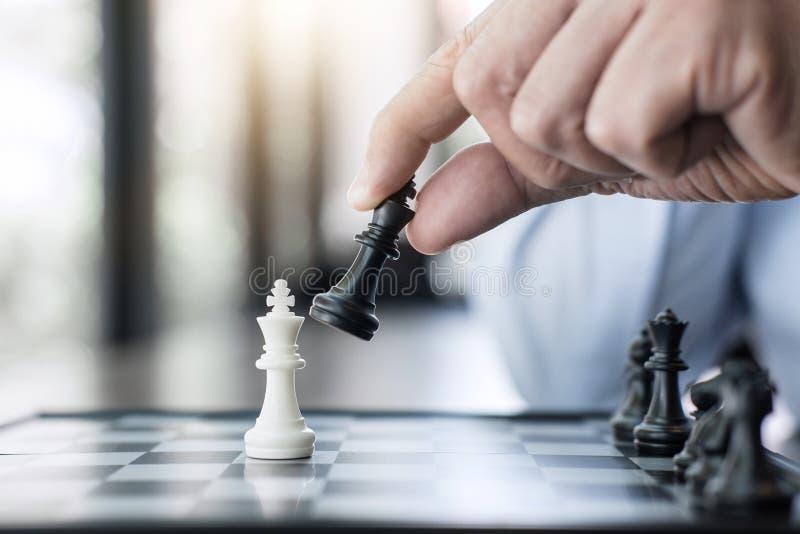 商人打下棋比赛的` s手对发展分析ne 免版税图库摄影