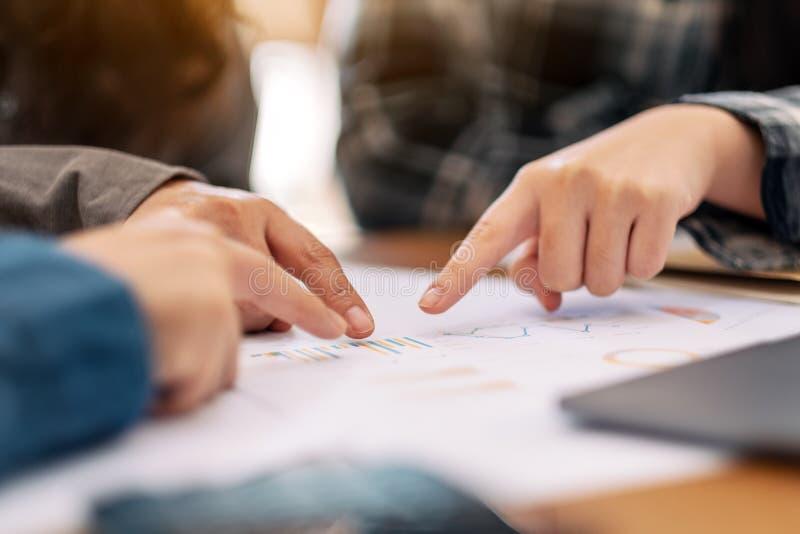 商人把手指指向的小组文书工作 免版税库存图片