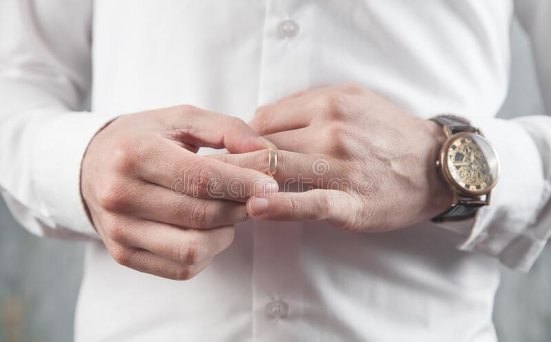 商人把结婚戒指 库存图片