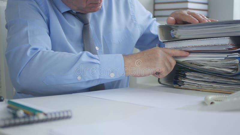 商人排序帐户文件文件的图象工作 免版税图库摄影