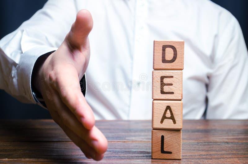 商人提供他的手做成交 合同或成交的概念,给予条件 签或更新合同 免版税库存照片