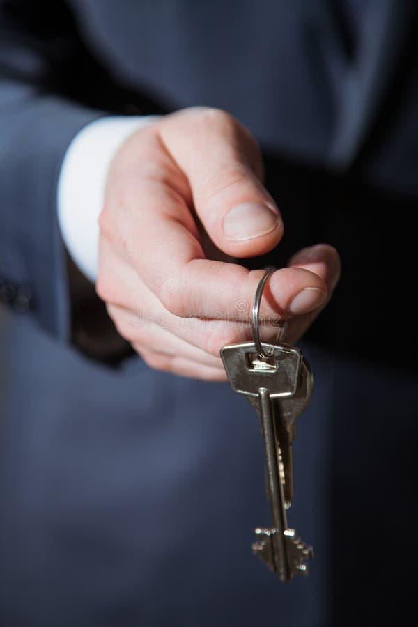 商人提供钥匙 免版税库存图片