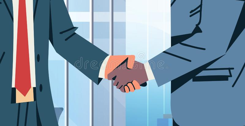 商人握手协议成交概念混合种族商人合作通信现代办公室内部男性 皇族释放例证