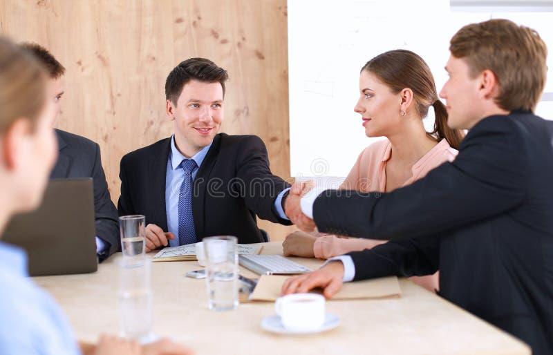 Download 商人握手,坐在桌上 库存图片. 图片 包括有 妇女, 信号交换, 成人, 微笑, 纵向, 背包, 商业, 人们 - 62527563