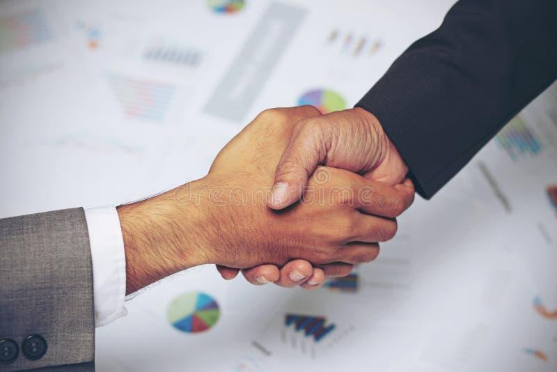 商人握手,签署的协议,图表,企业图,成功成交 免版税库存照片