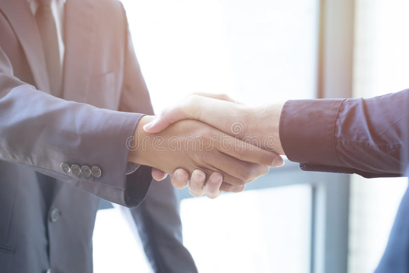 商人握手;成功,成交,招呼&企业同水准 免版税库存照片