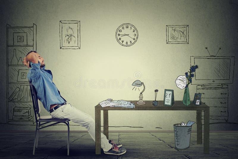 商人放松的坐在办公室 免版税图库摄影