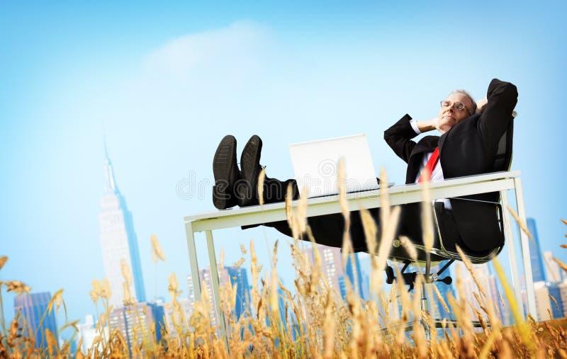 商人放松自由幸福逃走概念 免版税库存图片