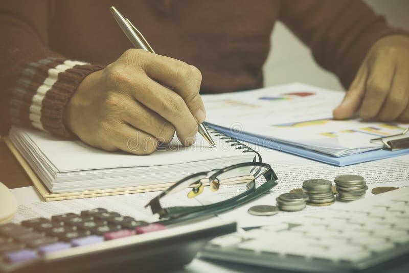 商人文字、堆硬币金钱与帐薄财务和银行业务的手背景的 概念增长并且进来步b 免版税图库摄影
