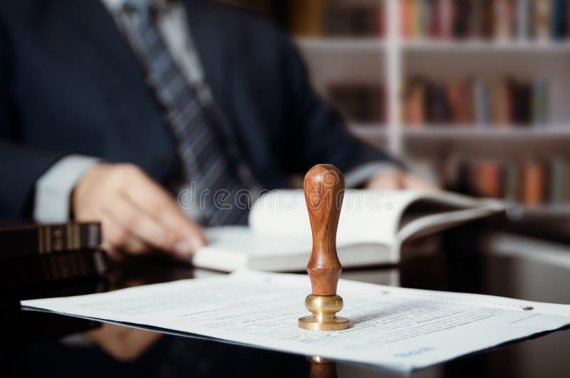 商人文字遗嘱在公证人办公室 免版税库存图片