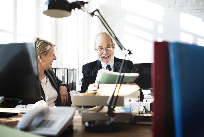 商人日常生活在办公室 免版税库存图片