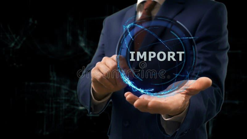 商人显示概念在他的手上的全息图进口 免版税库存图片